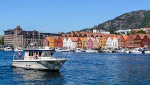 Der Hafen mit den berühmten Fischerhäusern im Hintergrund