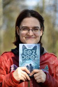 Katharina mit Buch in der Hand